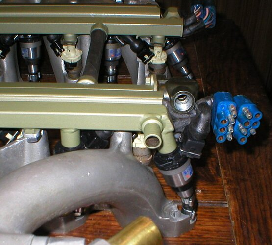 Petrol and lpg injectors interleaved betwen manifold branches         The wiring harness is hidden inside the centre rail